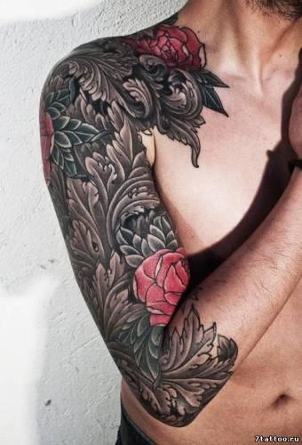Красные розы и узор на руке парня