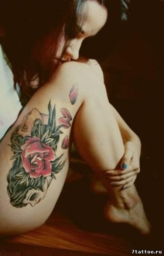 Тату Лицо девушки и красная роза на бедре