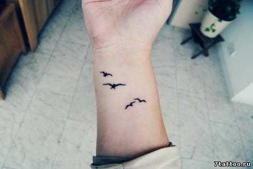 Тату маленькие летящие птички на руке