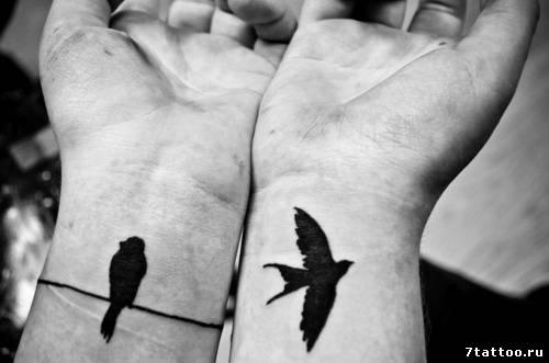 Две разные птицы на двух запястьях