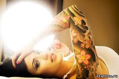 Цветочная тема в стиле Нью скул на руке девушки