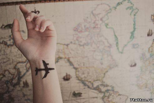 Тату на руку самолет