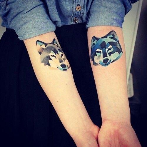 Две морды волка на руках девушки