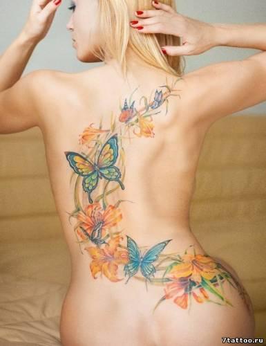 Оранжевые лилии и цветные бабочки на спине